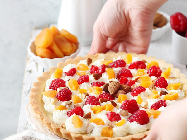 Crostata senza glutine con ricotta, albicocche, lamponi e mandorle