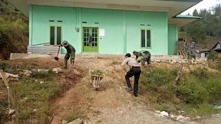 Kompak !! Bhabinkamtibmas Polsek Curio Dan Babinsa Kerja Bakti Jumat Bersih