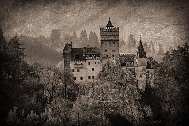 Kale, Transilvanya'daki uçurumların üzerine yerleştirilmiş olması sebebiyle Stoker'in romanında Dracula'nın kalesinin ardındaki ilham kaynağı olarak görülüyor.