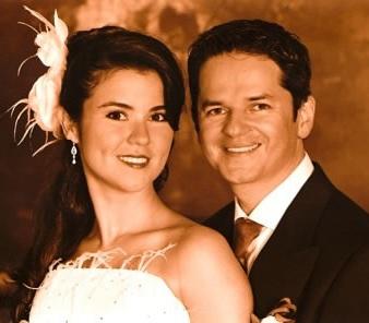 Foto de Danilo Montero feliz con Gloriana Díaz en su boda