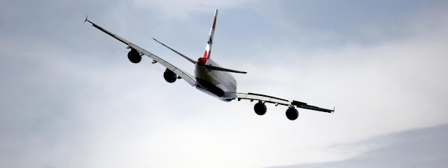 Un Airbus A 380 de British Airways survole Le Bourget, le 19 juin 2013