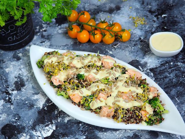 Sałatka z komosy ryżowej z łososiem