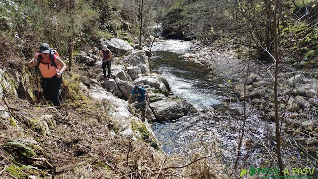 Sendero pegado al río Semeldón