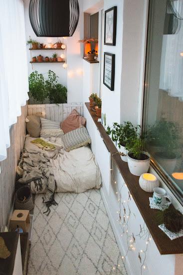 mały balkon w bloku oświetlenie