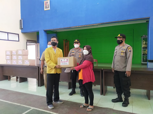 KKN Mahasiswa Unsoed Terjun Pembagian Bansos Bersama Polresta Banyumas di Patikraja