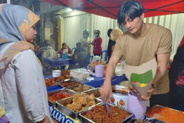 Penjual Nasi Kuning Yang Mirip Lee Min Ho Ini Dibully Tapi Dagangan Laku Keras