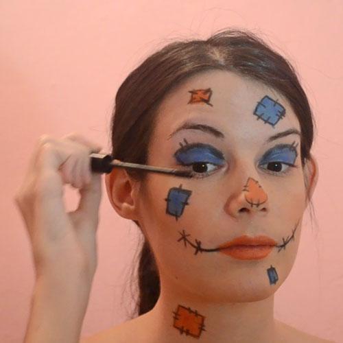 Aplicar mascara de pestañas maquillaje de espantapájaros