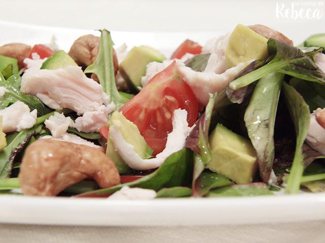 Ensalada de pollo, aguacate y anacardos