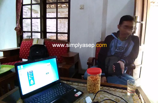 TIBA : Laptop pesanan saya diantar langsung hari itu (27/11/2017) jam 12.30 WIB oleh mas Willy Kurnia (penjual) dan diterima langsung oleh saya di Kulon Progo.  Foto Rudi Maryati