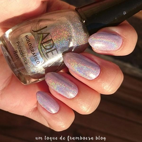 unhas simples com esmalte lilás e cobertura holográfica