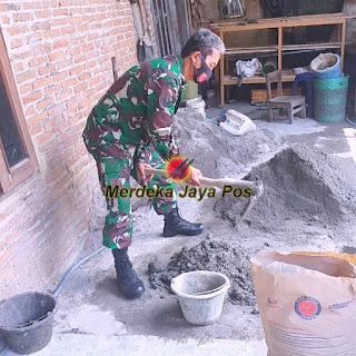 Babinsa Gotong royong Bantu Plaster Rumah Warga
