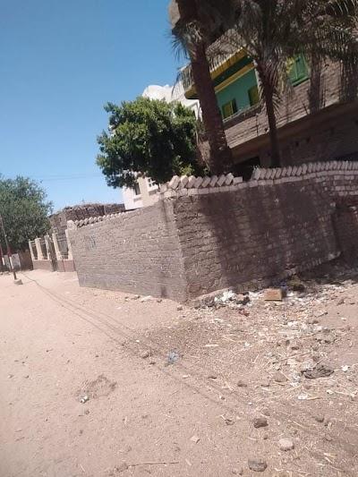 تراكم القمامة بجوار سور الوحدة الصحية بقرية الشوكا فى طما بسوهاج.. صور