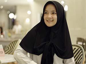 Nissa Sabyan Pakai Hijab Hitam