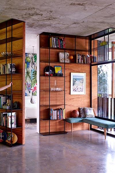 Bibliothèque design dans une maison de verre