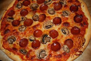 800px Pepperoni %2526 mushroom pizza