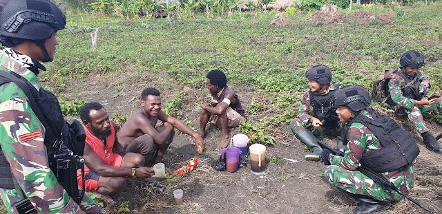 Pererat Silaturahmi, Personel Satgas Pamtas Yonif Raider 514 Anjangsana ke Rumah Warga