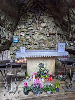 Altar in the Grotta di Rosciano.