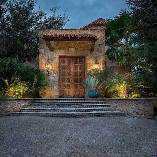1、The Mediterranean style villa entrance garden design, quaint and atmospheric.
