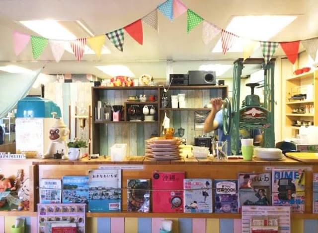 Swan鵝牌極致鵝絨日式刨冰 鵝絨雪花冰#海邊有間鵝絨冰店(3)|369 farm cafe:不標準水果變身人氣鵝絨冰 店內左邊是2016年增購的鵝牌高速鵝絨冰機 右邊是目前已經退休的大型骨董白鶴牌刨冰機-swan-kakigori-summer-beach-Okinawa-shavedice-369farmcafe-shop-interior.jpg