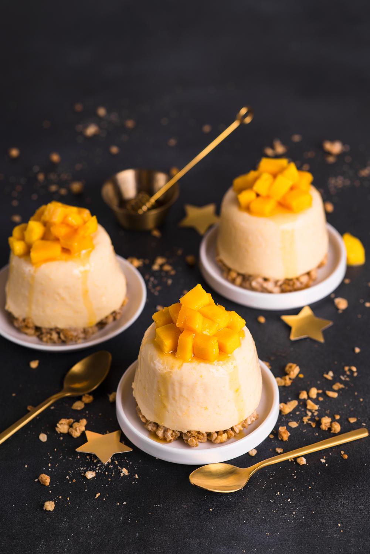 Mini serniczki z mango i granolą