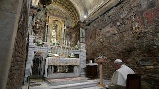 Papa Francesco prega nella Santa Casa a Loreto