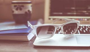مخترع النظارة الشمسية