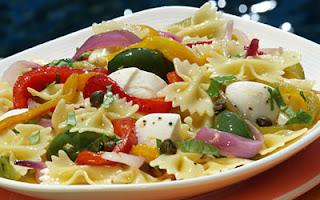 طريقة عمل سلطة المكرونة بجبنة الموتزاريلا والطماطم