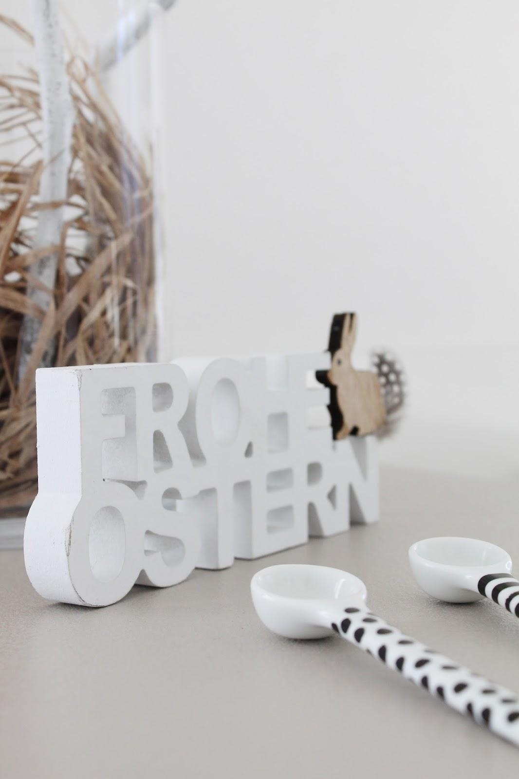 reduzierte Osterdekoration im skandinavischen Stil mit Schriftzug aus Holz