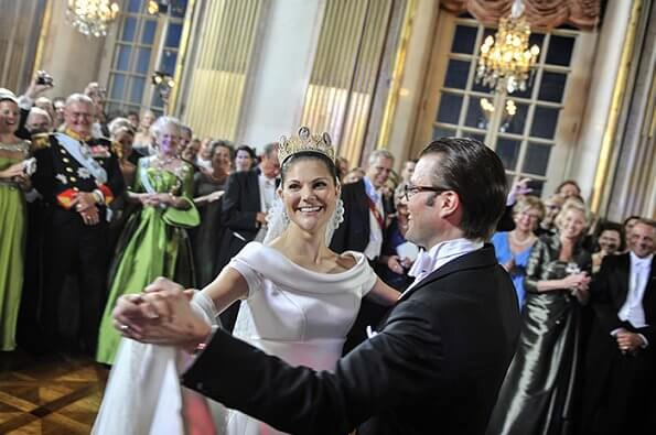 Wedding dress of Crown Princess Victoria was designed by Pär Engsheden. The cameo tiara is made of gold, pearls and cameos