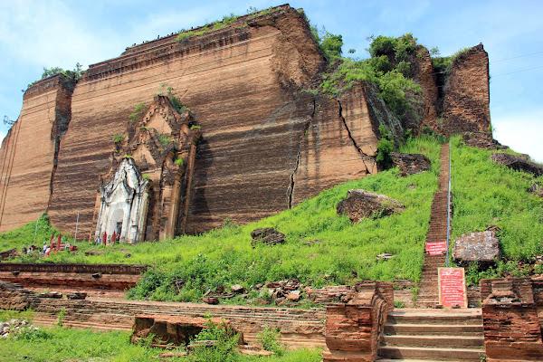 Escaleras para subir a lo alto de la estupa Mingun Pahtodawgyi