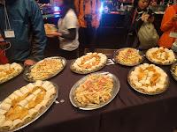 会場に並んだ食事の数々。タコスにポテトにマカロニサラダなど。