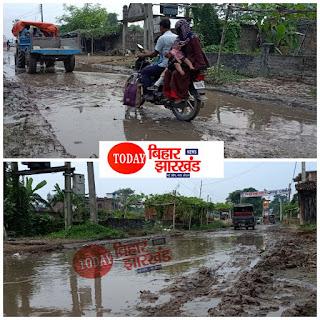 ढाका विधायक के गांव में बह रहा है विकाश का गंगा, राहगीरों को हो रही है परेशानी