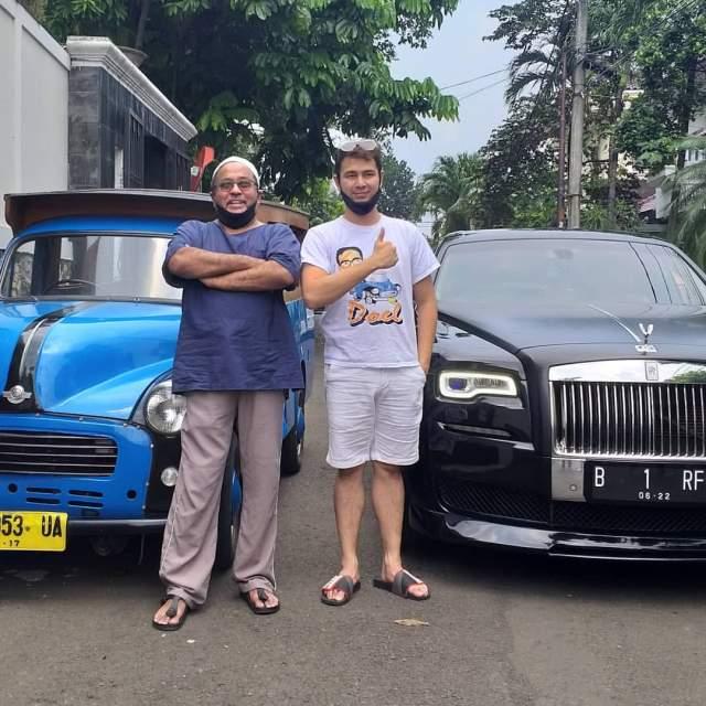 Rano Karno dan Raffi Ahmad di Depan Mobil Kesayangan Masing Masing