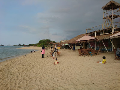 kafe ini menawarkan spot menarik menikmati pantai bondo