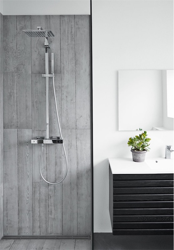 black, white and grey interior bathroom chicanddeco