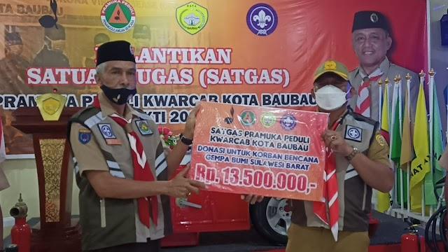 Usai Lantik Pramuka Peduli, Ketua Kwarcab Kota Baubau Serahkan Donasi ke Kwarda Sulbar