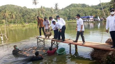 Bupati Benny Utama Dampingi Menteri KKP RI Meninjau Sentra Budidaya Ikan Air Tawar