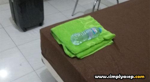 COMPLIMENT OYO :  Handuk dan sebotol air Mineral free saat saya check in di OYO Hotels di kamar saya di lantai 2.  Foto Asep Haryono