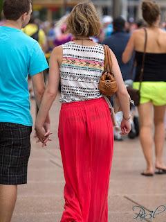 mujeres-bonitas-caminando-calle
