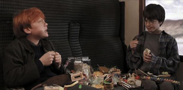 escena de la película Ron y Harry en tren comiendo dulces