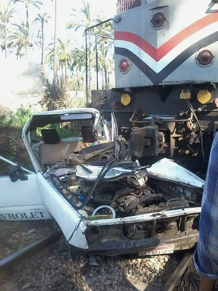 مصرع 3 أشخاص وإصابة آخر في حادث تصادم قطار بسيارة في رشيد