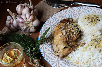 Un brasato di coniglio all'aglio. Ricetta della cucina greca. Piatto unico.