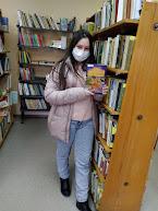 Девочка выбрала книгу Гоголя фото