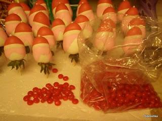 десерты на Новый год, выпечка на Новый год, новогодние десерты, новогодние блюда, новогодние сладости, рождественские десерты, рождественские сладости, рождественская выпечка, что приготовить на Новый год, что приготовить на Рождество, праздничные рецепты, новогодние рецепты, рождественские рецепты, новогодний стол, Новогодние сладкие рецепты, Безе новогоднее «Елочки», Безе «Шишки», Ёлочка из айсинга, Ёлочки из кондитерской мастики для украшения торта (МК), Ёлочка из кондитерской мастики ножницами, Ёлочки из сахарно-желатиновой кондитерской мастики, Ёлочка из лимона, лайма или других цитрусовых, Ёлочка из мастики и белого шоколада, Ёлочка из мастичных снежинок, Заснеженные ёлочки из шоколадных хлопьев, «Заснеженные ёлочки» — песочное печенье, Клубника в шоколаде: рецепты, идеи, оформление, Клубника в шоколаде с маскарпоне, Клубника в шоколаде Санта-Клаус, Кружевные съедобные шарики-безе, Миндальное пирожное «Ёлочка» с белым шоколадом и фисташками, Мягкое апельсиновое печенье, «Новогоднее» — имбирное печенье, «Новогодние звезды» — сметанно-медовое печенье, «Новогодние снежинки» — шоколадное печенье, Новогодний апельсиновый торт, «Пряное» — новогоднее печенье с шоколадной помадкой, «Рудольф» — новогодние шоколадные пирожные, Снеговик в шубке из мастики, Снеговики из безе для новогоднего стола, «Творожные Снеговички» — новогодний десерт, «Шапка Деда Мороза» — клубничный десерт, «Шишки» — новогодние пирожные,клубника, клубника рецепты, десерты из клубники, самые вкусные клубничные десерты, что можно сделать из клубники, ягодный десерт, клубника в глазури, десерт из свежих ягод, рецепты из клубники, клубника в шоколаде в домашних условиях, клубника в шоколаде на подарок, букет из клубники, букет из ягод, подарки на 5 марта, подарки на день влюбленных, ягоды в шоколаде, клубника в шоколаде мастер класс, как делать клубнику в шоколаде на продажу, клубника в шоколаде в домашних условиях, букет из клубники в шоколаде, торт клубника в шоколаде, клубника сладкоежка, фрукты в ш