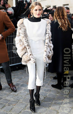 オリヴィア・パレルモ(Olivia Palermo)は、ディオール(Dior)のパンツ、ジバンシー(Givenchy)のブーツを着用。