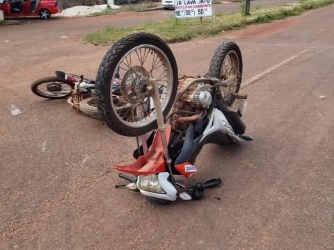 Dois motociclistas ficam feridos após colisão no Bairro Industrial em Rolim de Moura