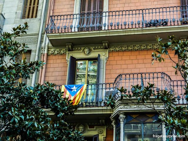 Senyera Estelada, bandeira do Independentismo Catalão, em uma residência do Eixample, em Barcelona