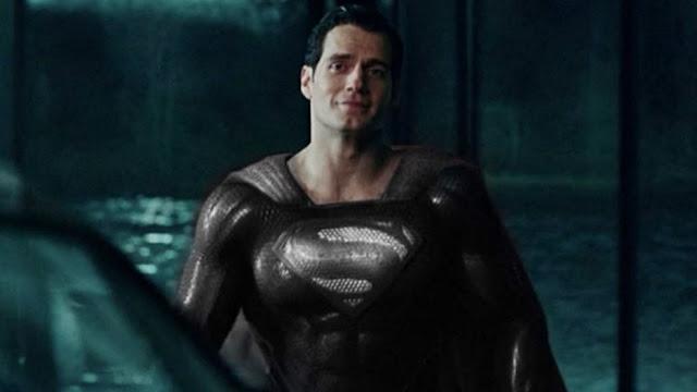 Superman portando el traje negro
