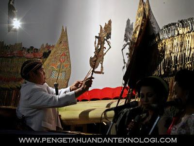 Wayang kulit merupakan kesenian yang dipengaruhi budaya Hindu-Buddha