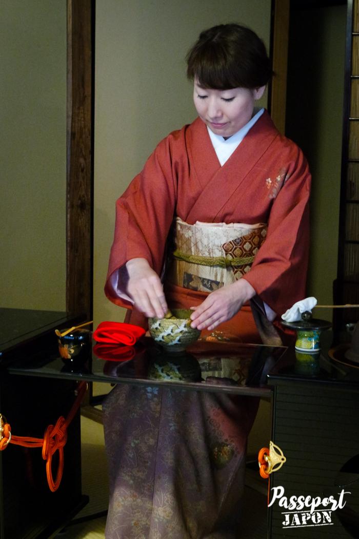 Préparation du thé, jardin Gyokusen-en, Kanazawa